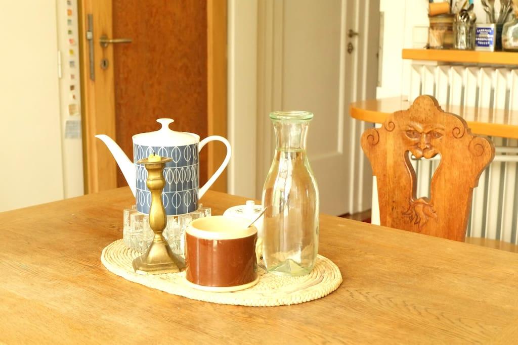 Wir trinken Tee und Kaffee