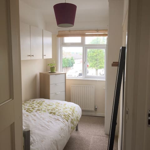 Lovely SINGLE bed Tolworth (Surbiton)
