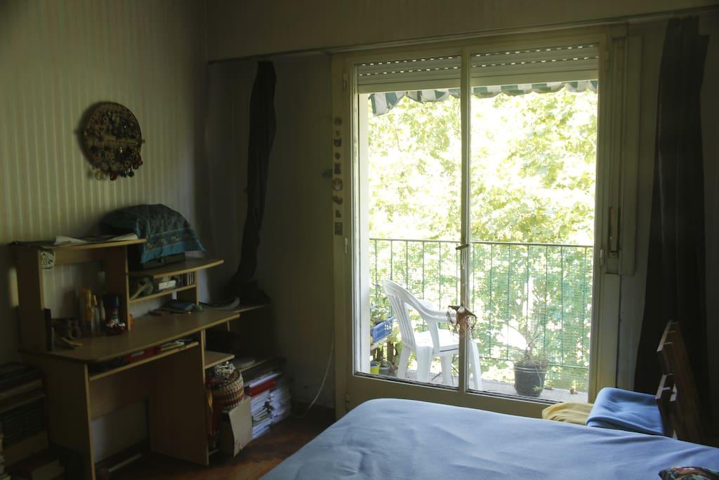 Habitación luminosa. Incluye wifi y servicios. Super bien ubicada.