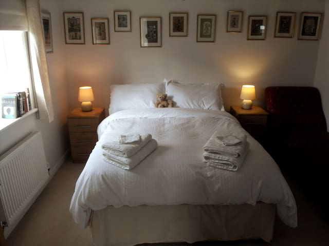 NOW REOPENED  lovely room with ensuite & parking