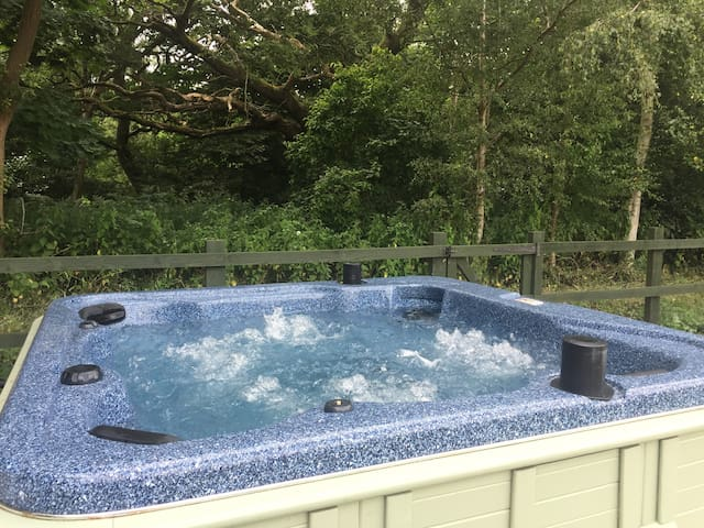 Woodland View. Hot Tub, Dog/Child friendly, Lakes