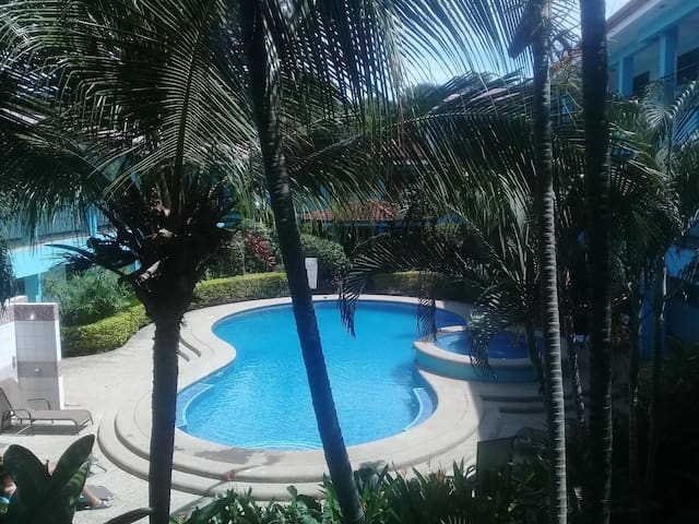 Beautiful Pool, 3 minute walk to the Beach!