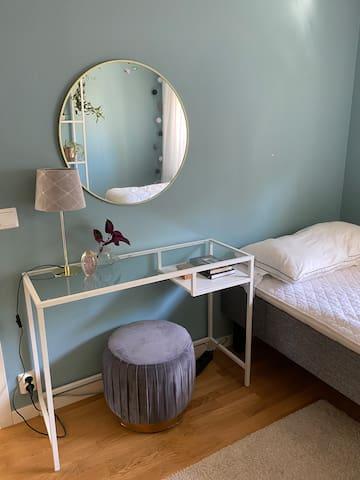 Sovrum 1 med 105 cm säng