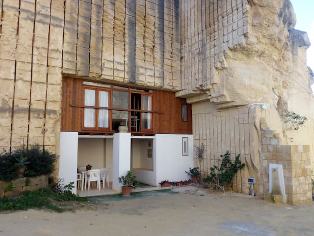 Casa nella grotta