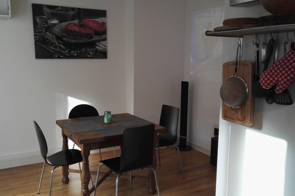 Wohnküche mit Full HD-Beamer und Surround Anlage