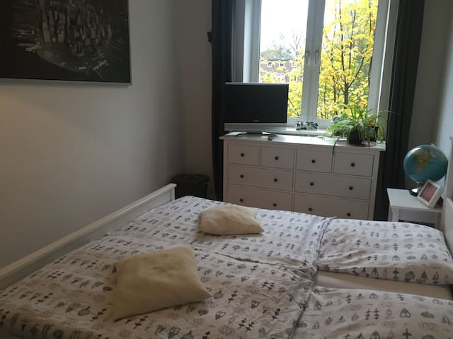 Hamburg! Bedroom in a flat with a sea-view-balkony