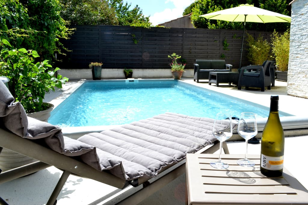 Au coin de la piscine terrasse et barbecue h user for Piscine le cres
