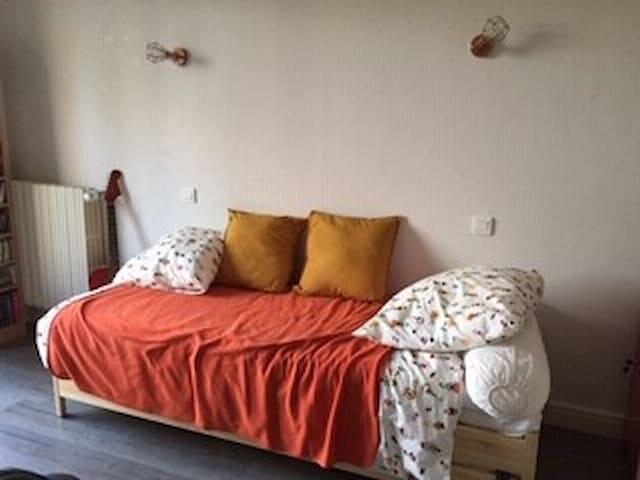 Chambre cosy simple ou double, bureau et balcon