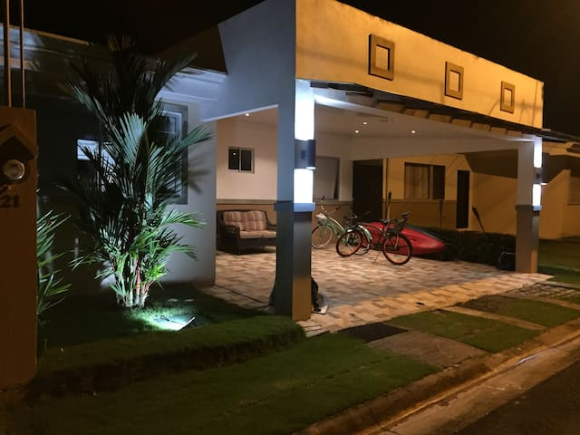 Casa familiar en Playa Herradura
