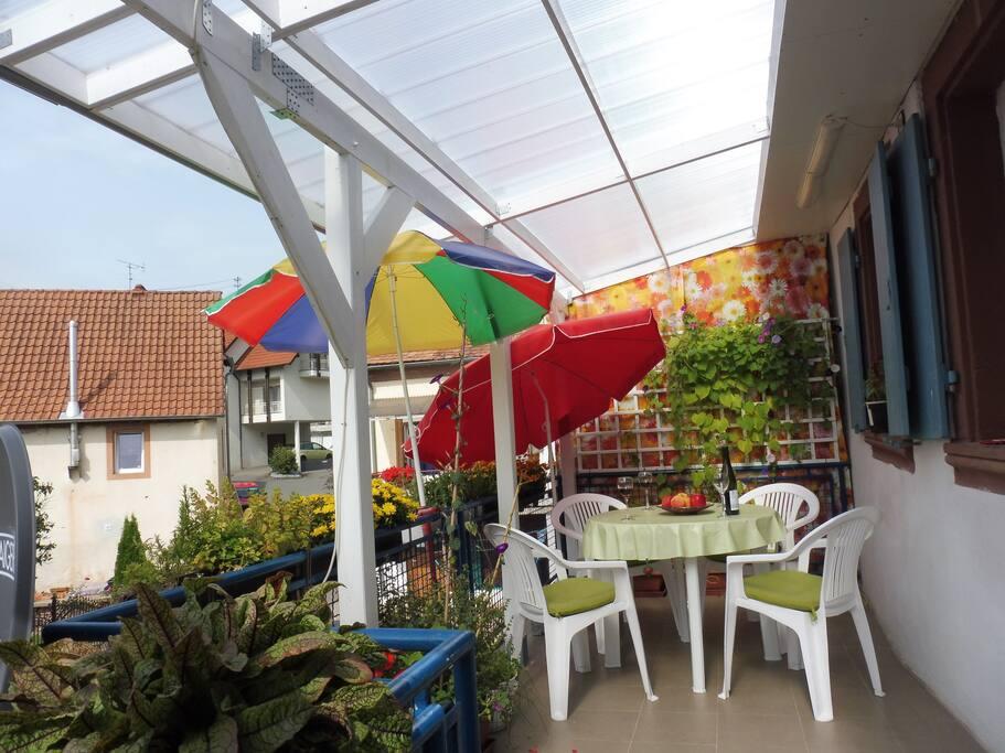 neue großzügig überdachte Terrasse