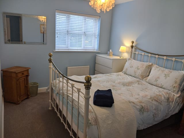 King bed &Ensuite under 5m to Bentley/Leighton Hos