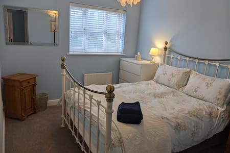 King bed &Ensuite under 5m to Bentley/Leighton Hos