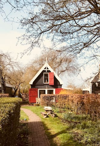 Beautiful wooden guesthouse close to Amsterdam