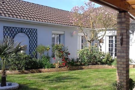 Maison moderne avec jardin - Thivars
