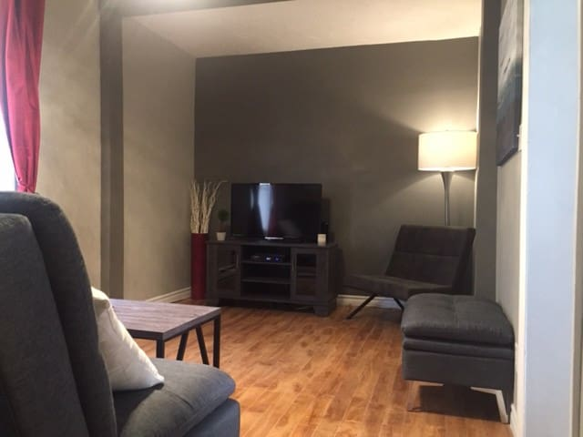 Cozy downtown apt., 10 min walk to Avenir Centre