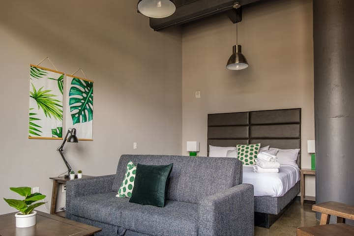 Contemporary Studio | Minutes to Downtown