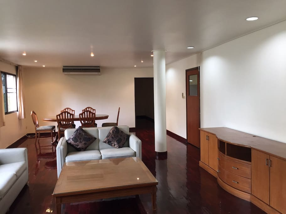 Garden Apartment in Central Bangkok,  2 ensuit bedrooms and separate kitchen.  Bright apartment with spacious  living and dining area. Walking distance to BTS  Asoke, Korean Town, Time Square, Terminal 21 and Robinson Department store.   Conveniently located for food and shopping,  yet  in a quiet and green corner  of Sukhumvit area. Parking space available.