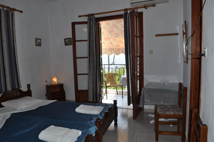 Private studio with balcony (1st floor)