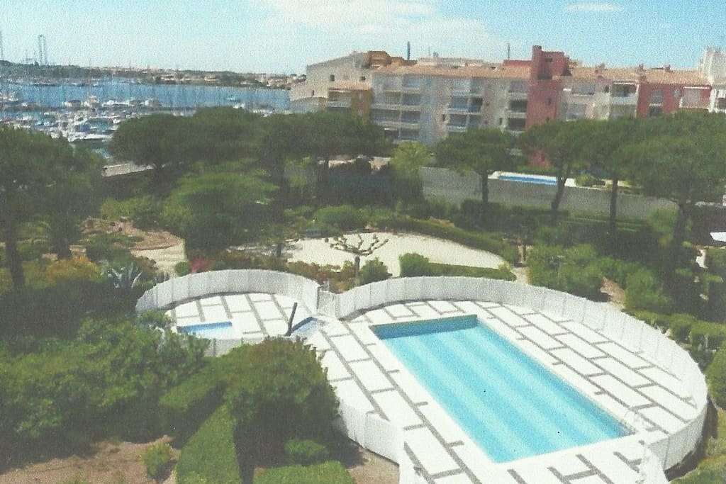 Aptph vue exceptionnelle wifi piscine parking apartments for Piscine cap d agde