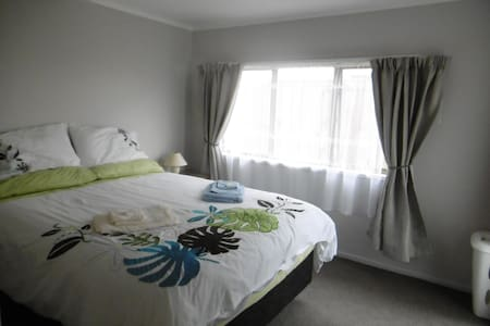 Large room just metres from Orewa centre and beach - Orewa