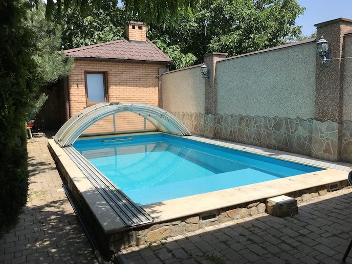 Уютный гостевой дом с бассейном, недалеко от моря!