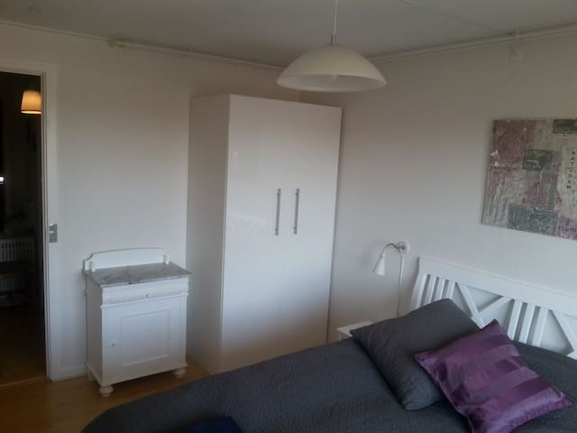 Cosy room, newly renovated. Free carp, bus close - Aarhus - Huis