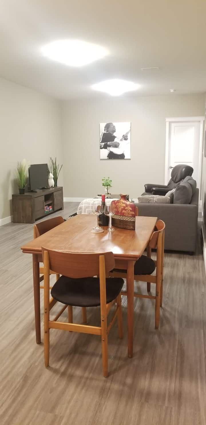 Modern and Comfy Suite, w/ laundry, kitchen, Nflix