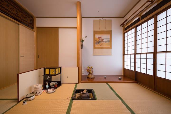 普段は、普通の和室です。 事前予約で、茶室仕様に、致します。  Please make a reservation for tea room specifications