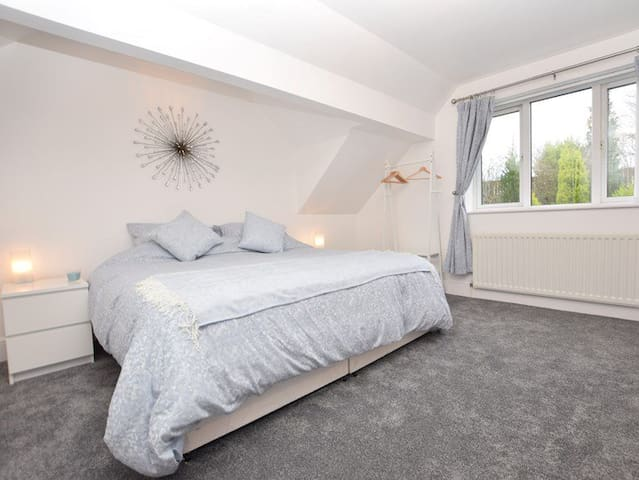 Super Kingsize Bedroom with en-suite can be made to twin