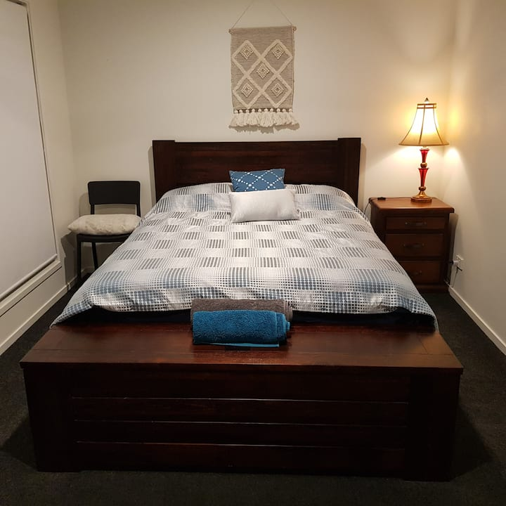 Clean Queen Bed/ Room in Holmview