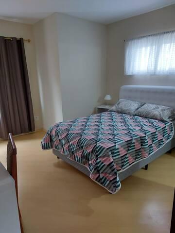Suíte Ipê - 1 cama de casal, armário e mesa de apoio com TV e wi-fi.