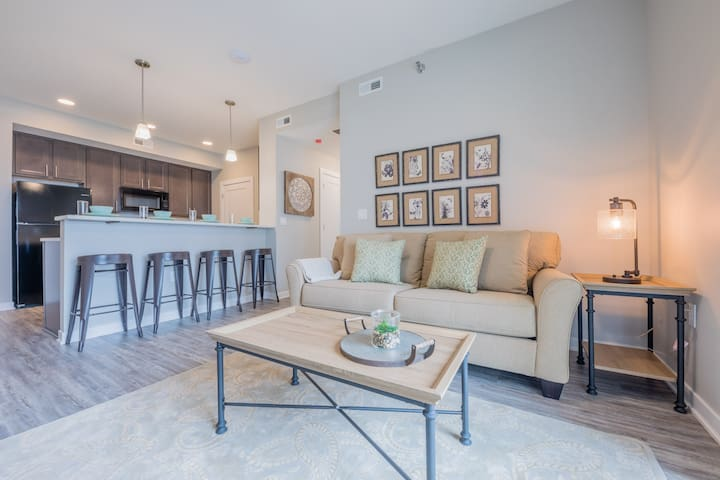 """Magnolia"" 2BD/2BA Apartment Near I-80/I-35!"