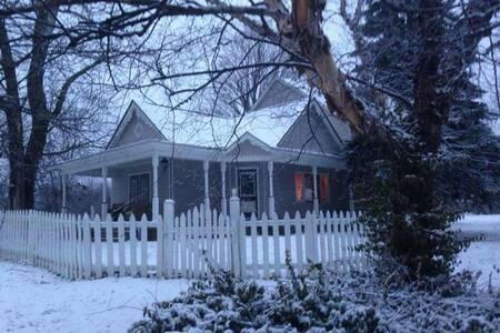 Updated 1880's farm house - Zionsville