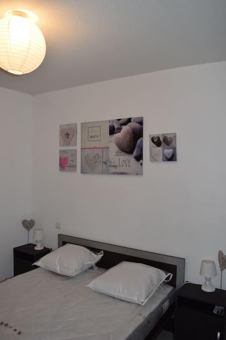 la chambre cooconing avec un lit double et placard ainsi que table de nuit