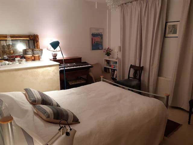 Attractive dbl room.Close town.Bus to Oxford etc