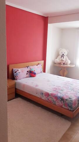 El habitacion pricipal. Es muy amplia y muy espaciosa...mide mas  o menos 10×15 ...