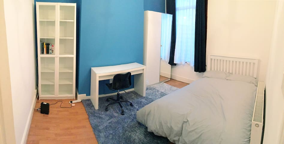 Spacious double room - WiFi and desk
