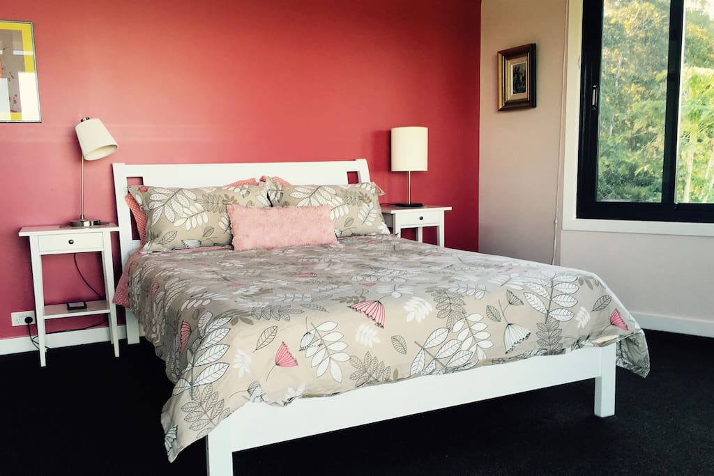 Magenta room: vintage style, supremely comfortable queen bed. walk-in robe, lots of storage.