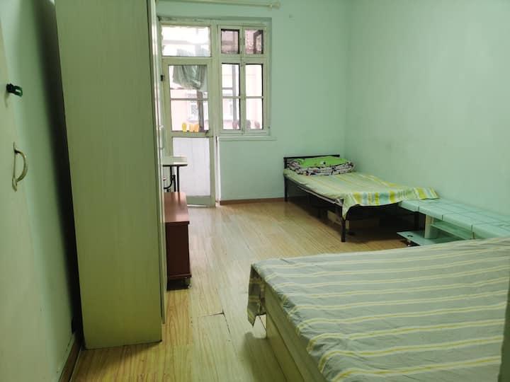 二环边,二层南向主卧带阳台,一个单人床,一个双人床