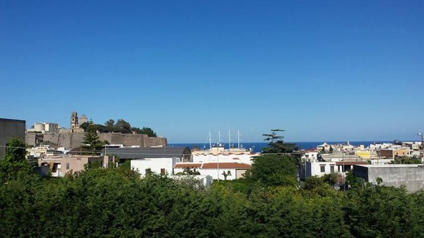 Villa eoliana nel centro di Lipari a 5 minuti  a piedi da Marina Lunga e due da Marina Corta. Fermata bus per le spiagge e i paesini davanti casa!