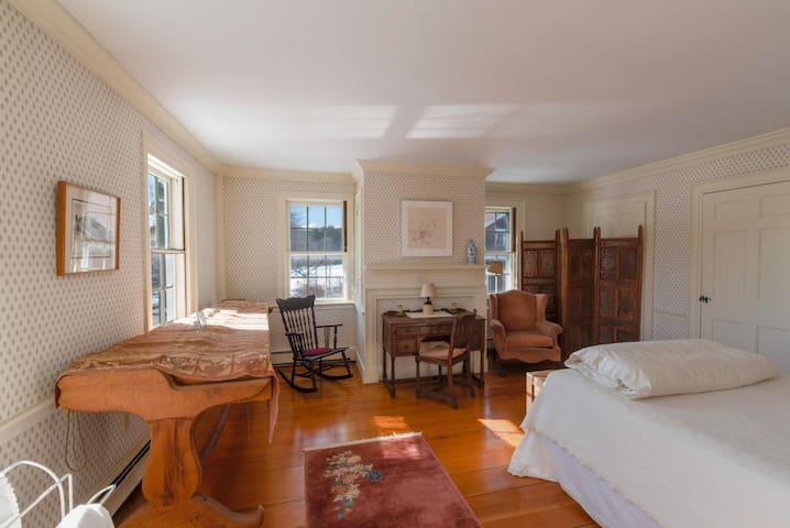 Highland House-Mountain West Room