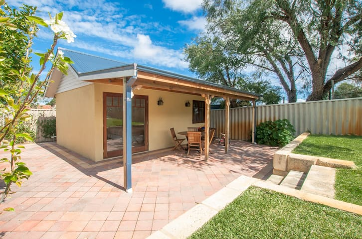 Private Granny Flat near Freo! - Willagee - Apartamento
