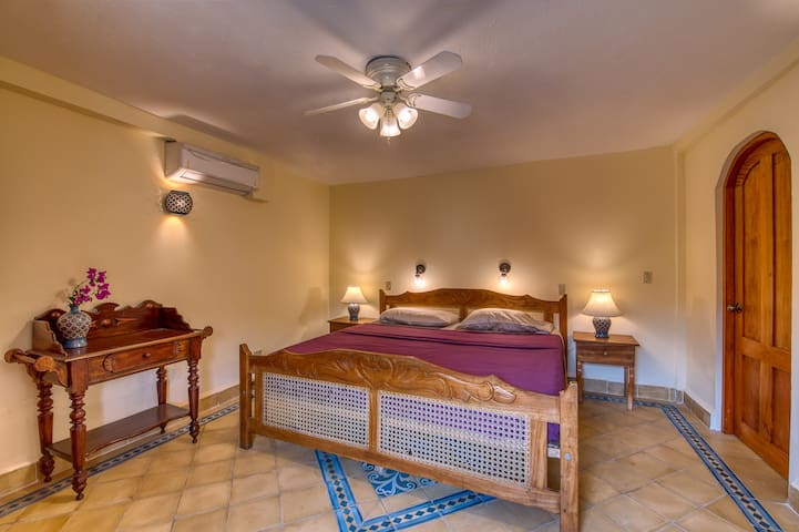 Bedroom on the groundfloor with king size bed and comfortable bedlines.
