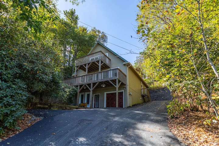 4 Seasons Escape - Pet friendly home between Boone & Blowing Rock with hot tub!