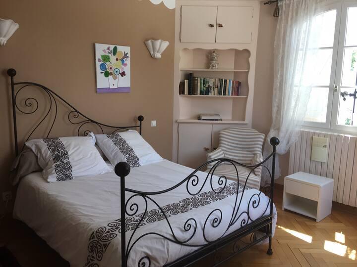 Chbre beige+salle bain+petit déj+wc ,Pezenas 34120