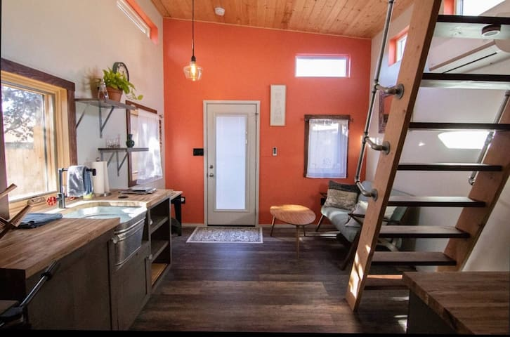 The Nob Hill Tiny House ~ An Upscale Cabin Retreat