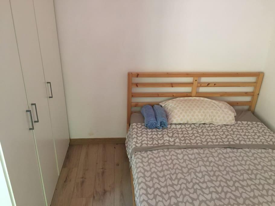 Cama de la habitación y armario
