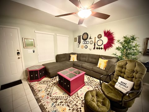 The Pink Table- Cozy, private townhouse (Monthly)