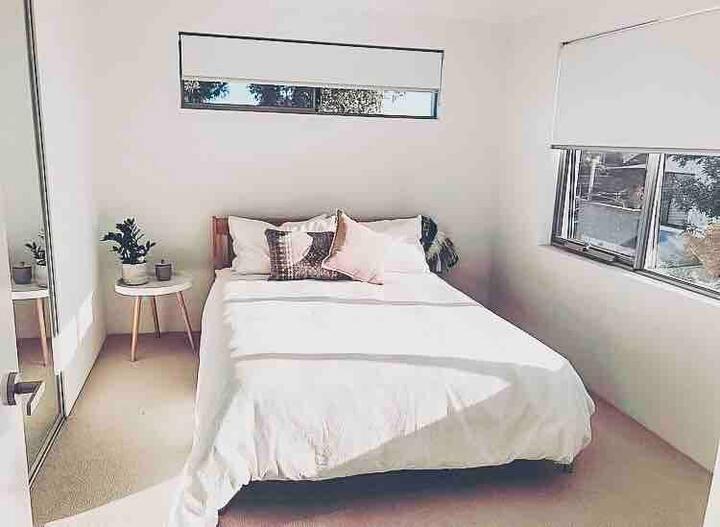 Sunny Private room close to Scarborough beach