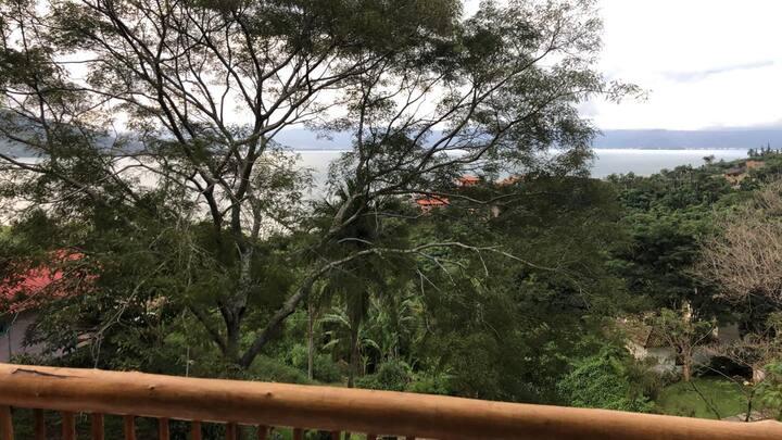 Magnífico loft, Ilhabela, vista para o mar e verde